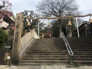 階段を上ると立派な牧岡神社があります。