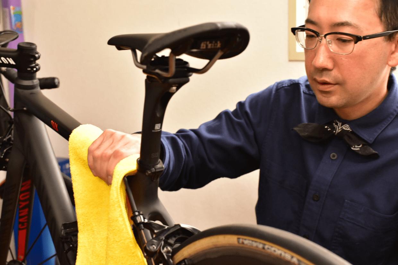 自転車をタオルでふく石橋さん