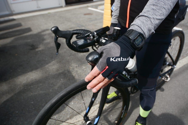▲ハンドルはこの程度、手をそえるだけでいつでもブレーキを握れる状態