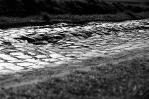 中世に作られた荒れたパヴェ(石畳)が選手たちを苦しめる (C)A.S.O.