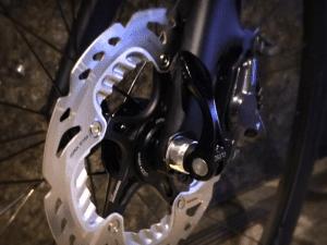ディスクブレーキはハブ(回転軸)部分に取り付けられる。