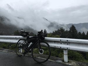 雨が降っている峠でも安心してブレーキングができる。