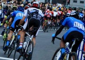 レースでは選手が密集する photo by Kenichi Inomata