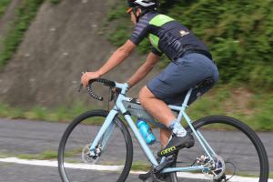 ▲半袖のサイクルジャージに、カジュアルなハーフパンツ+インナーパンツの組合せ (C)マキタセイゴ