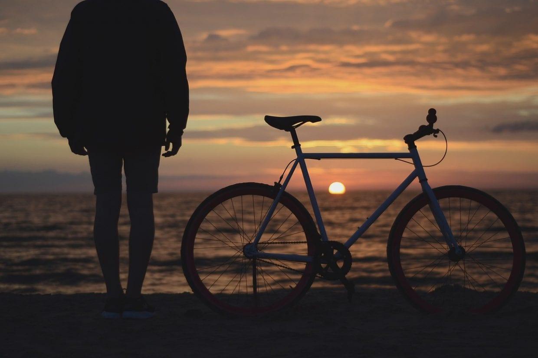 クロスバイク 夕焼け イメージ 旅