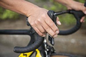 ブラケットは中指を中心にブレーキレバーを握り、ヒジを軽く外側へ曲げる
