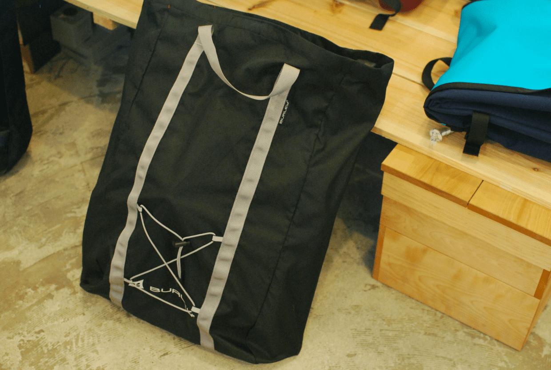 付属のトートバッグにすべて収まる。