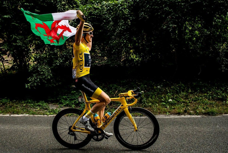 最終第21ステージで、故郷ウェールズの旗を掲げるゲラント・トーマス(イギリス、チームスカイ) ツールドフランス 2018