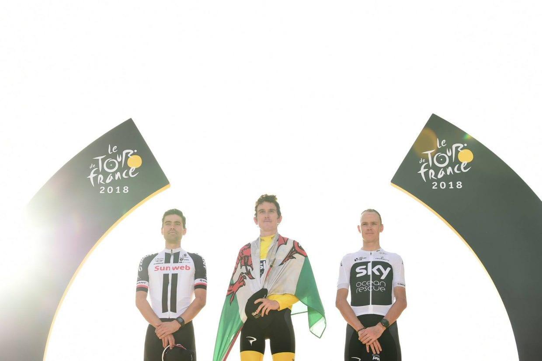表彰式。左より総合2位のトム・デュムラン(オランダ、サンウェブ)、総合優勝のゲラント・トーマス(イギリス、チームスカイ)、総合3位のクリス・フルーム(イギリス、チームスカイ) 2018 ツールドフランス