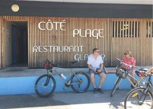 サイクリングコース脇にあるレストラン「Côté Plage(クーティ・プラージュ)」。直訳するとビーチサイド。まさにリゾートといった風情。