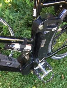 レンタル電動バイクには、スピードメーターなどのほか、パンク修理用のボンベが備わっています。