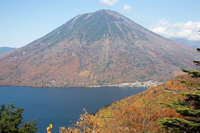 イタリア大使館別荘記念公園から6.5kmほど、中禅寺湖スカイラインを登ると「中禅寺湖展望台」、「半月山展望台」に行くことができます。