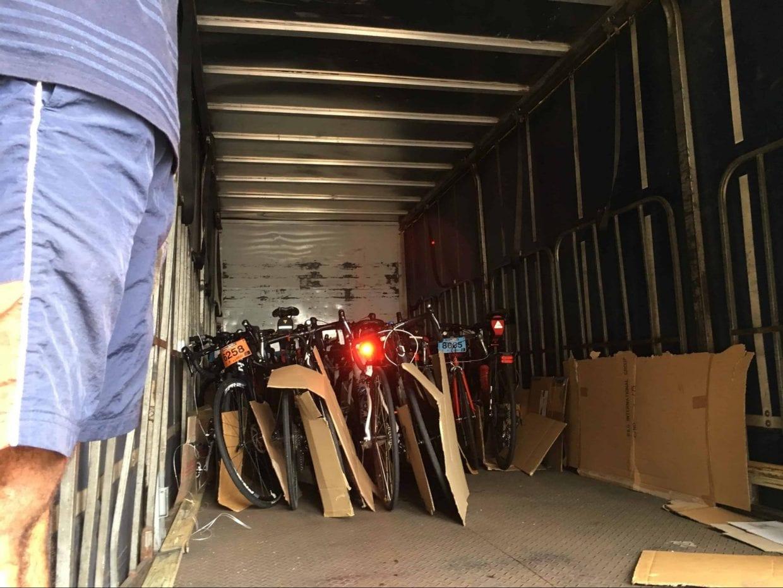 バイクは別の車両で一緒に移動します
