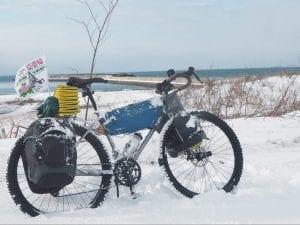 雪原に佇むキャンプ仕様のソノマアドベンチャー