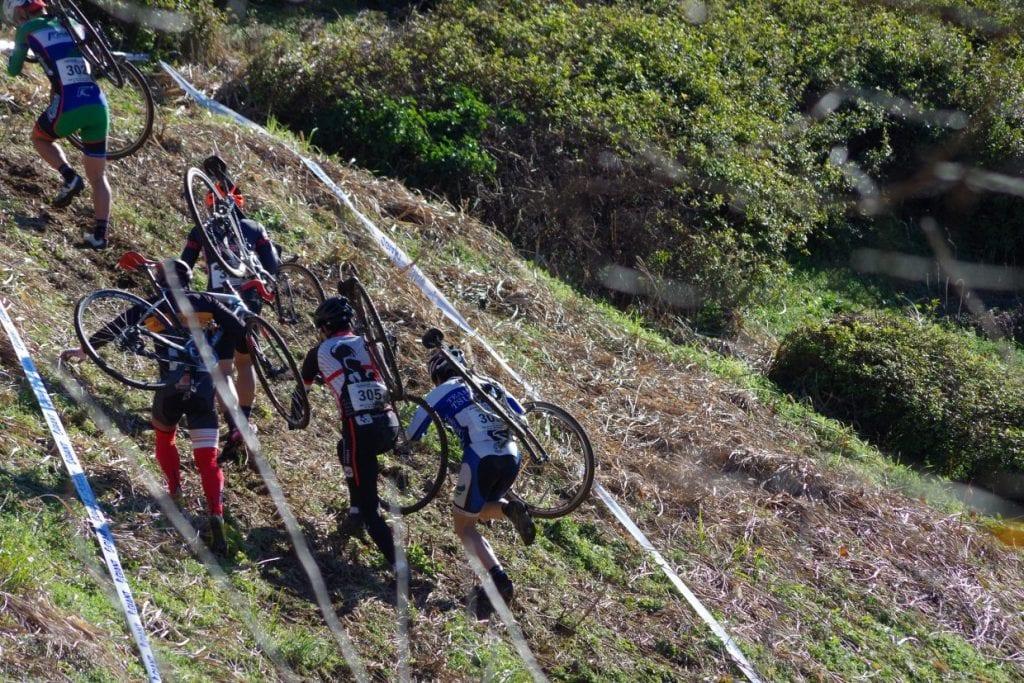 こんな急斜面は自転車をかついで登る…!