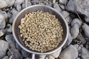 まずはユニフレームのコーヒーロースターに生豆を入れます。