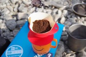 挽いた豆を、前回ご紹介したダイネックスのカップの上にドリッパーをセット。その上にペーパーを載せ、豆を入れます。