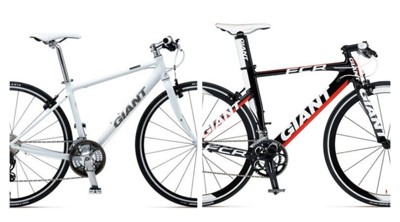 左がクロスバイク「Escape AIR」、右が先ほどの「FCR」(両2012年モデル)。エスケープも速くく走れるクロスバイクとして有名だが、FCRはヘッドチューブが短く、ステムの角度も小さい。サドル-ハンドルの高低差の違いは写真だけで一目瞭然。
