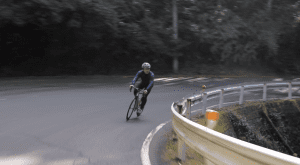 平坦基調になり軽快に走る松村さん(動画2:00付近)。