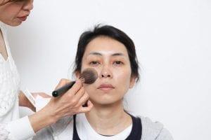 一番綺麗に付けたい頬、鼻から粉を付け始めること。それから内側から外側に付け始めます。均一に粉をなじませることを意識してください。