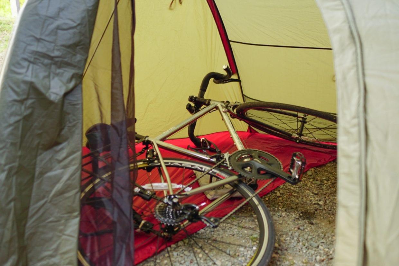 テントの前室に自転車まるごと入っちゃう!前室の半分はシートが広がる仕様なので、ヘルメットやシューズなど、雨に濡らしたくないものもバッチリ保管。