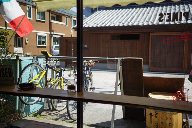 店内からはサイクルラックがしっかり目に入ります。安心してゆっくりコーヒーをいただけます。ちなみに左端のCOPPIは店主の愛車。