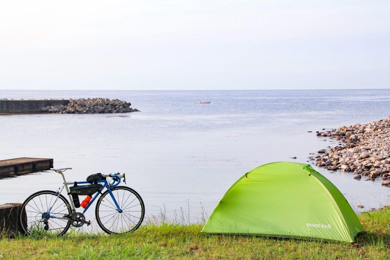 隠岐の島にて。飛行機輪行で降り立った島でとりあえずの一泊。他の交通機関と組み合わせる際にも軽量コンパクトなおかげで機動力を活かしたまま輪行することができます。photo:神楽坂つむり