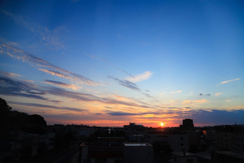 ホテルの窓からオホーツク海から昇ってくる太陽を眺める。東に位置するせいか朝の3時半でこの明るさです。6時ともなるともうすっかり太陽が登り切っていて思わず笑いました。photo:神楽坂つむり
