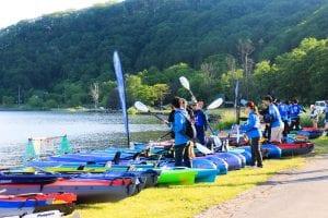 スタート地点の呼人浦(よびとうら)キャンプ場には参加者が続々と集まってきました。7時のスタートに向けて着々と準備が進められています。photo:神楽坂つむり