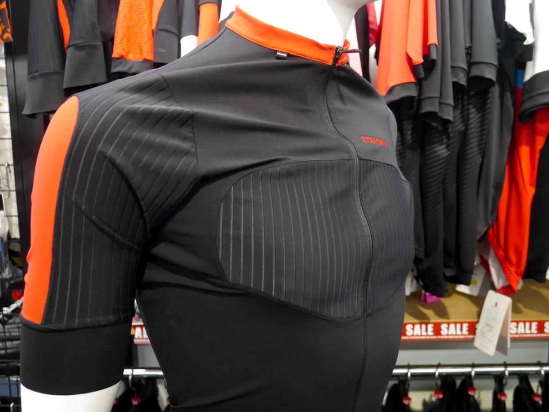 胸・肩・背中の部分に、伸縮性と通気性を兼ね備えた素材が使われている
