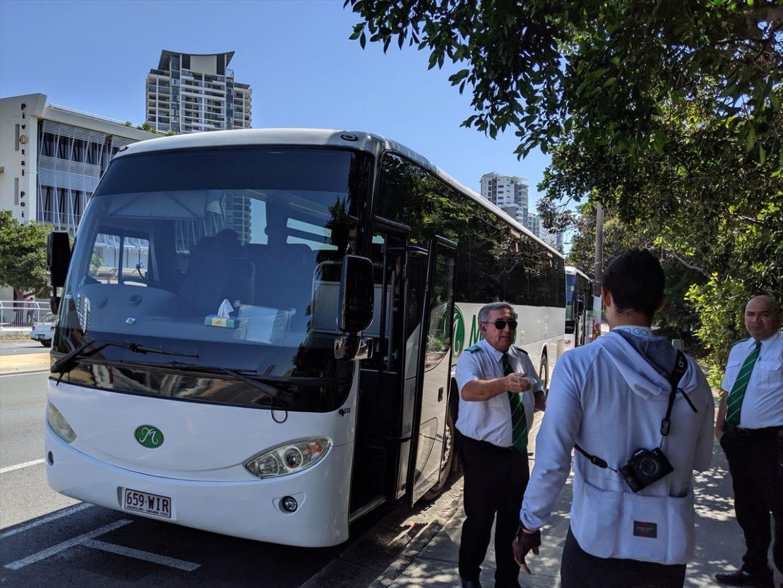 大型バスでスタート地点へ
