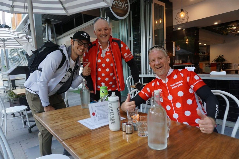 早朝5時台からライド後のカフェを楽しんでいるオーストラリアのサイクリスト。