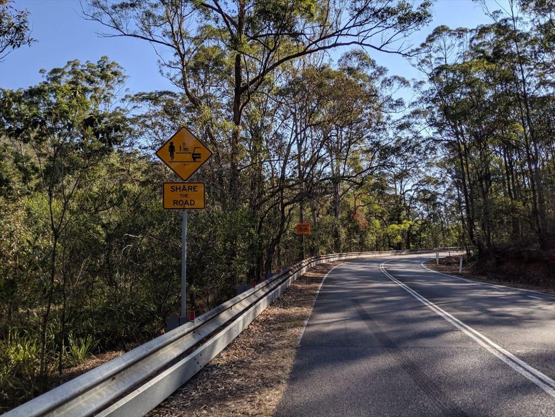 自転車レーンのないところは、1m幅確保を促す標識も