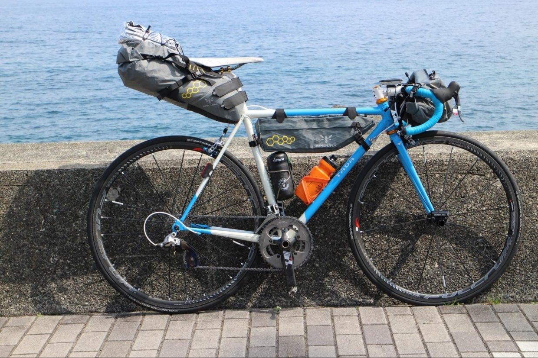 ロードバイクをベースにバッグを装着するだけで立派なキャンプツーリングバイクに早変わり。いつものバイクをそのまま旅に使えるという安心感があります。photo:神楽坂つむり