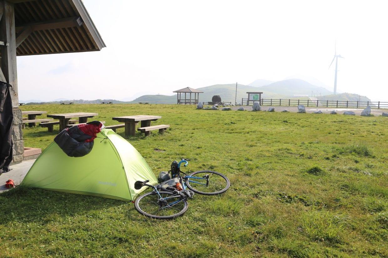 四国カルストの姫鶴平キャンプ場にて。軽量ロードバイクだからこそ、数多くの山を越えても体力をセーブしながら移動することができました。photo:神楽坂つむり