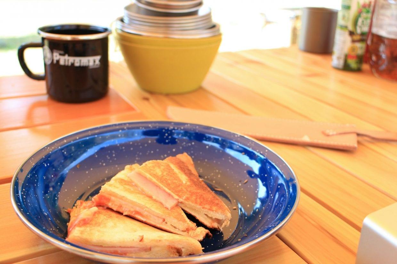 トーストとベーコン、コーヒーで朝ごはん。普段家で食べるメニューも外で食べるだけでなんだか特別感が倍増します。photo:神楽坂つむり