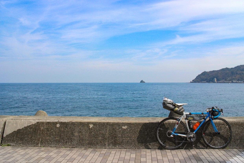 伊豆半島キャンプツーリングのための装備。この装備で1週間程度の旅には耐えることができます。いつものロードバイクでそのまま旅できるのがバイクパッキングスタイルの大きなメリットです。photo:神楽坂つむり