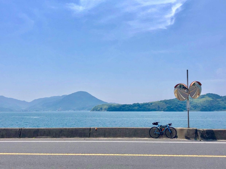 山口県周防灘を望む海岸線の道。このような景色を眺めながら走ることができる、ただそれだけで気持ちが良くて仕方がありません。ちなみに奥に見えている島にもフェリーを使えばアクセスできるということで、コースバリエーションが豊か!photo:神楽坂つむり