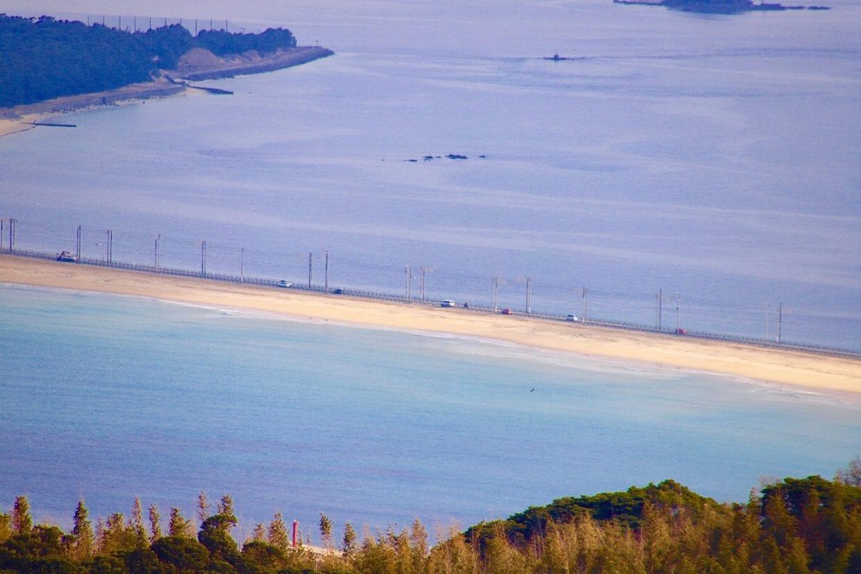 福岡県サイクリスト定番のライドコースと言えば志賀島。写真にあるような両脇を海に挟まれた海の中道が有名ですが、志賀島自体も外周部を一周できる他、山間部にはグラベルがあったりヒルクライムスポットがあったりと見所たくさんなのです。photo:神楽坂つむり