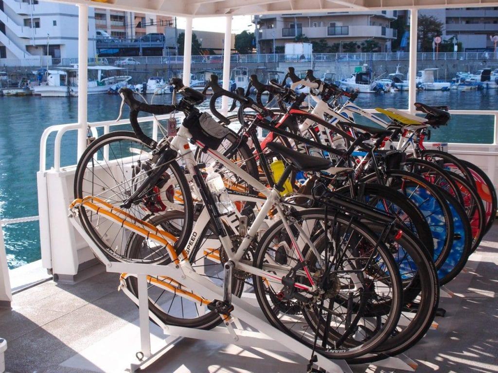 サイクリストに慣れている島だけあって本州は明石から出ているフェリーにはサイクルラックが完備されています。photo:神楽坂つむり