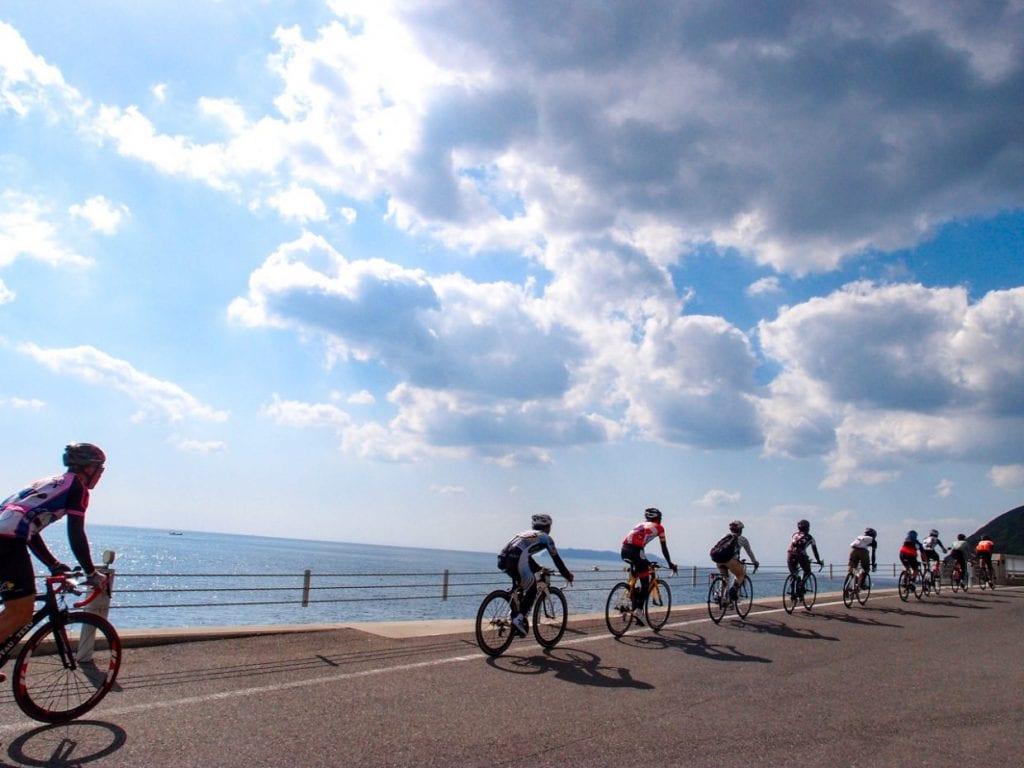 美しい海を眺めながらのライド。島の西側は交通量が少なく、海が近いと言うこともあって特に気持ちが良いセクションです。photo:神楽坂つむり