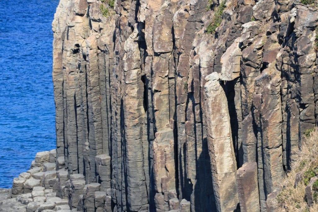 六角柱状が特徴の大バエ断崖。とても自然にできたとは思えないミラクルな造形です。迫力がものすごい!!photo:神楽坂つむり