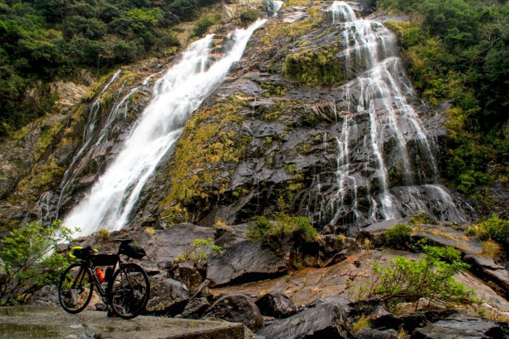 ものすごい水量の大川の滝。水質はものすごく綺麗です。一年を通じてサイクリングを楽しめる環境が整っています。photo:神楽坂つむり