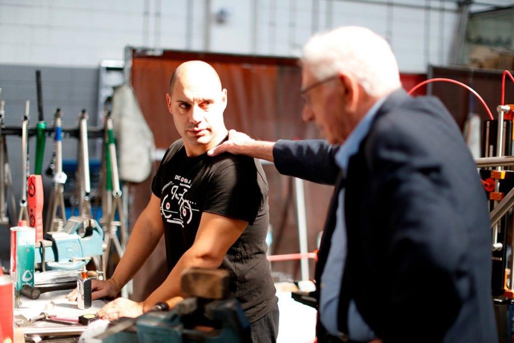 金属フレーム溶接の名人、ベテラン職人のアレッシオ(左)と、創始者ウーゴ(右)