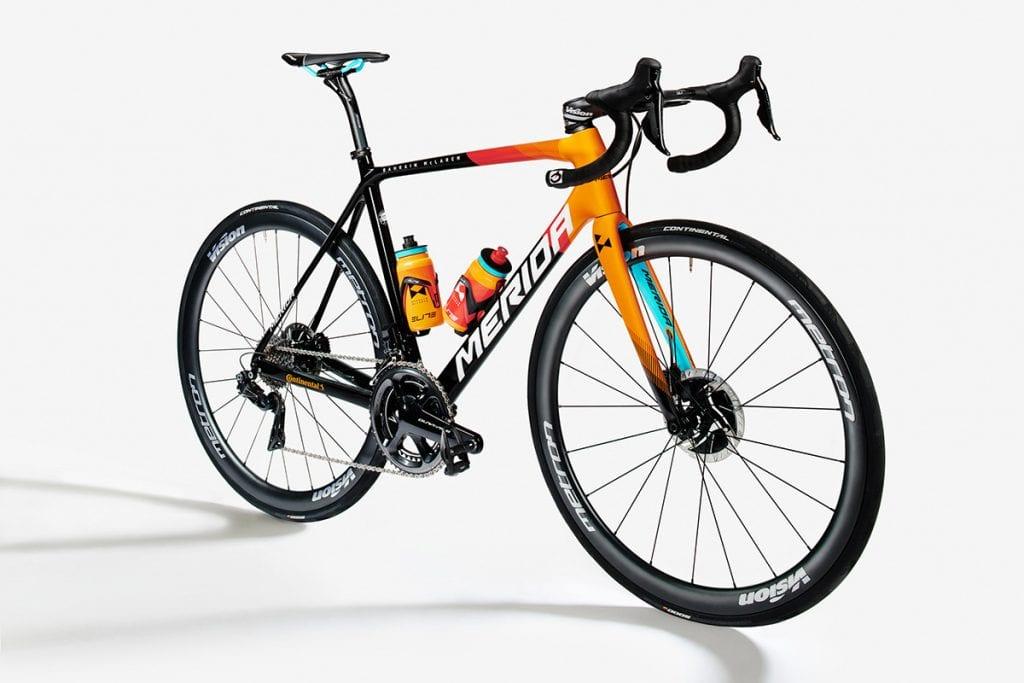 チーム・バーレーン・マクラーレンのバイク。チームカラーのオレンジに、差し色にアクアブルーが映える。2019年のバーレーン・メリダのブラックを基調としたカラーリングから表情も一新。