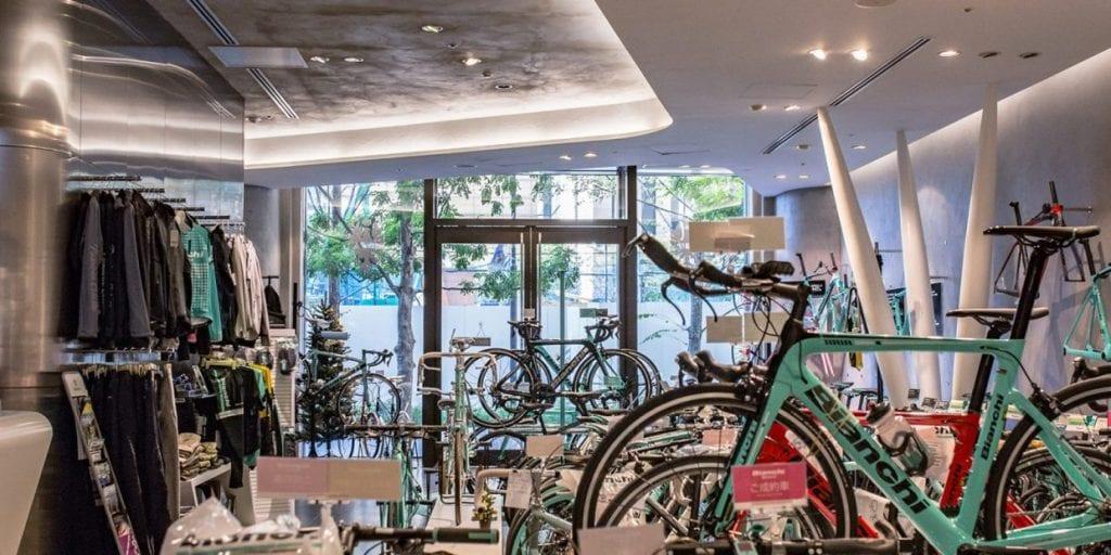 世界初のコンセプトストアとなった外神田店をはじめ、直営店は「ビアンキ バイクストア」と称し展開される。写真はフラッグシップストアとなる丸の内店。LINK:BIANCHI STORE
