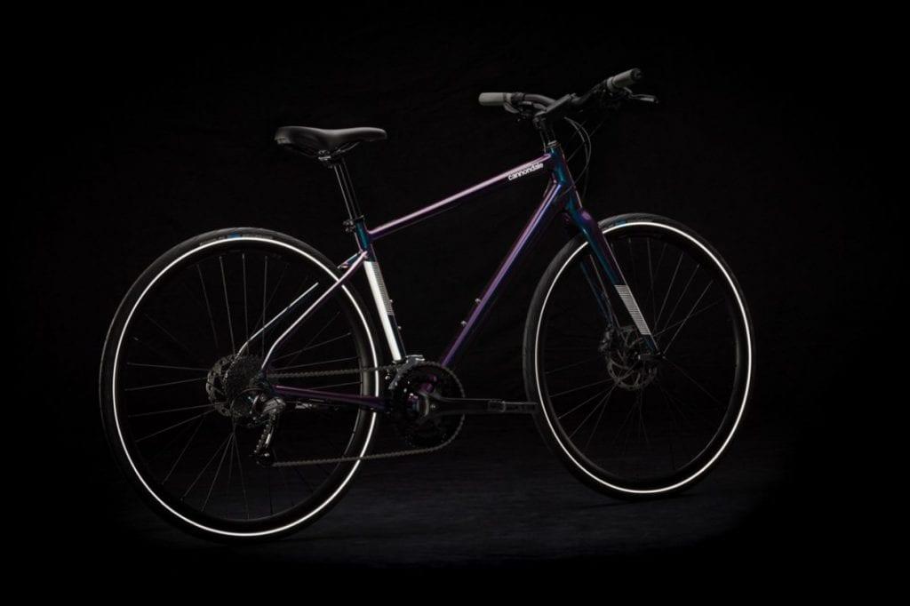"""360度どこから見てもリフレクターがバイクの存在をアピールしてくれる。人気色の """"カメレオン"""" は、角度によって複雑な色合いを見せる偏光カラーだ。"""