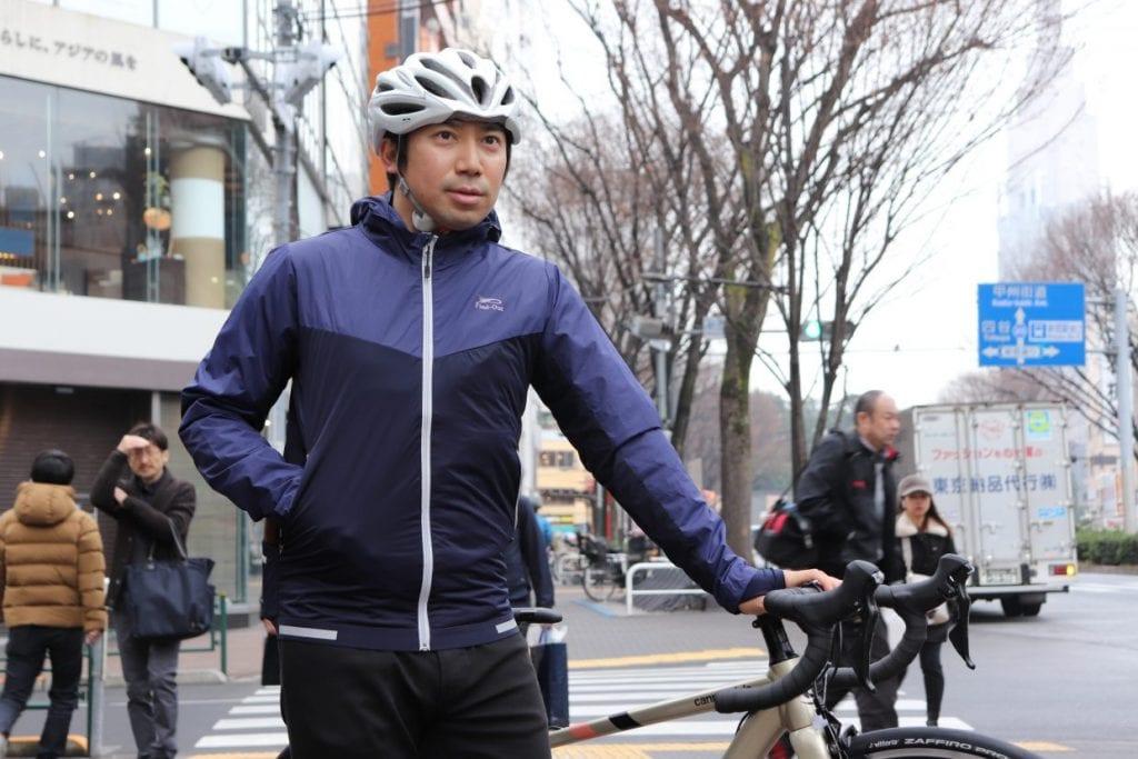 MOVE ACTIVE CYCLE ジャケットを着用したイマオさん