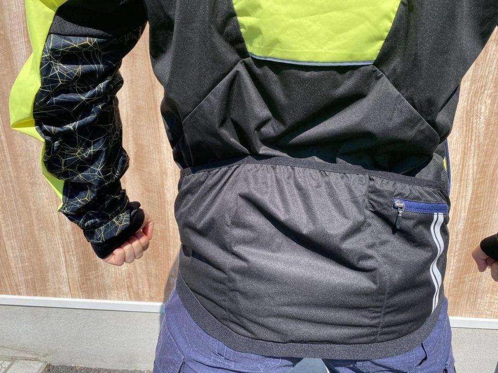 区切りのあるバックポケット。サイドポケットも収納付き。
