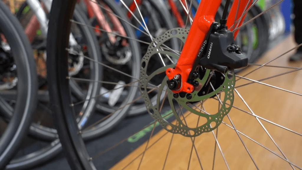 クロスバイクもディスクブレーキつきが増えている。